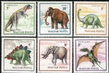 467 90年 古生物(恐龙、猛玛象等) 6全 7.00 什么是恐龙 太古洪荒年代,地球上曾居住着一群奇特生物---恐龙。它们称霸地球,生存了近一万五千年之久,最后确神奇地灭绝了。今天我们所知有关恐龙的一切,都是由恐龙化石得来的。 恐龙种类多,体形和习性相差也大。其中个子大的,可以有几十头大象加起来那么大;小的,却跟一只鸡差不多。就食性来说,恐龙有温驯的素食者和凶暴的肉食者,还有荤素都吃的杂食性恐龙。 早期的发现 虽然恐龙的化石已在地球上存在了数千万年,但直到十九世纪,人们才知道地球上曾经有这么奇特的